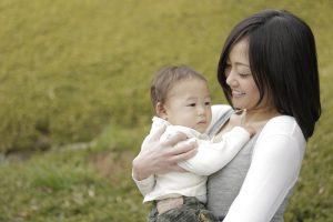 子を抱える母親