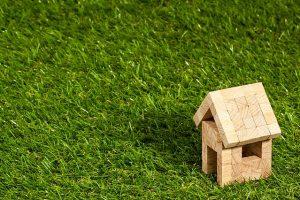 芝生と家の模型